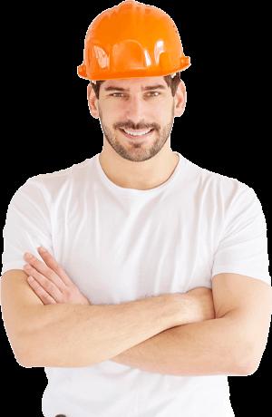 Un homme avec les bas croisés qui porte un casque orange.