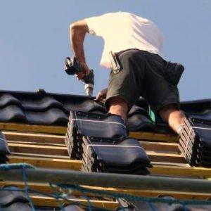 Un homme est sur un toit