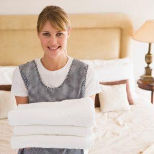 Une famme de chambre qui garde des serviettes