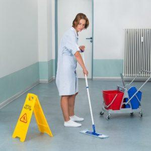 Une femme nettoie des surfaces.