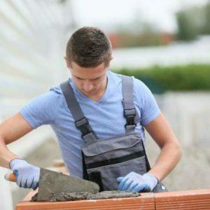 Un homme fait les travaux de maçonnerie