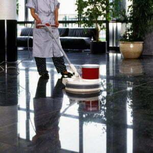 Femme de menage nettoyant couloir.
