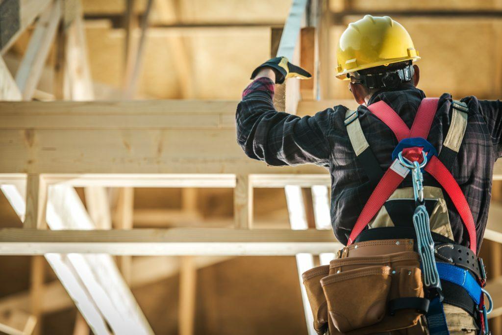 Ouvrier du bâtiment en bois sur le chantier