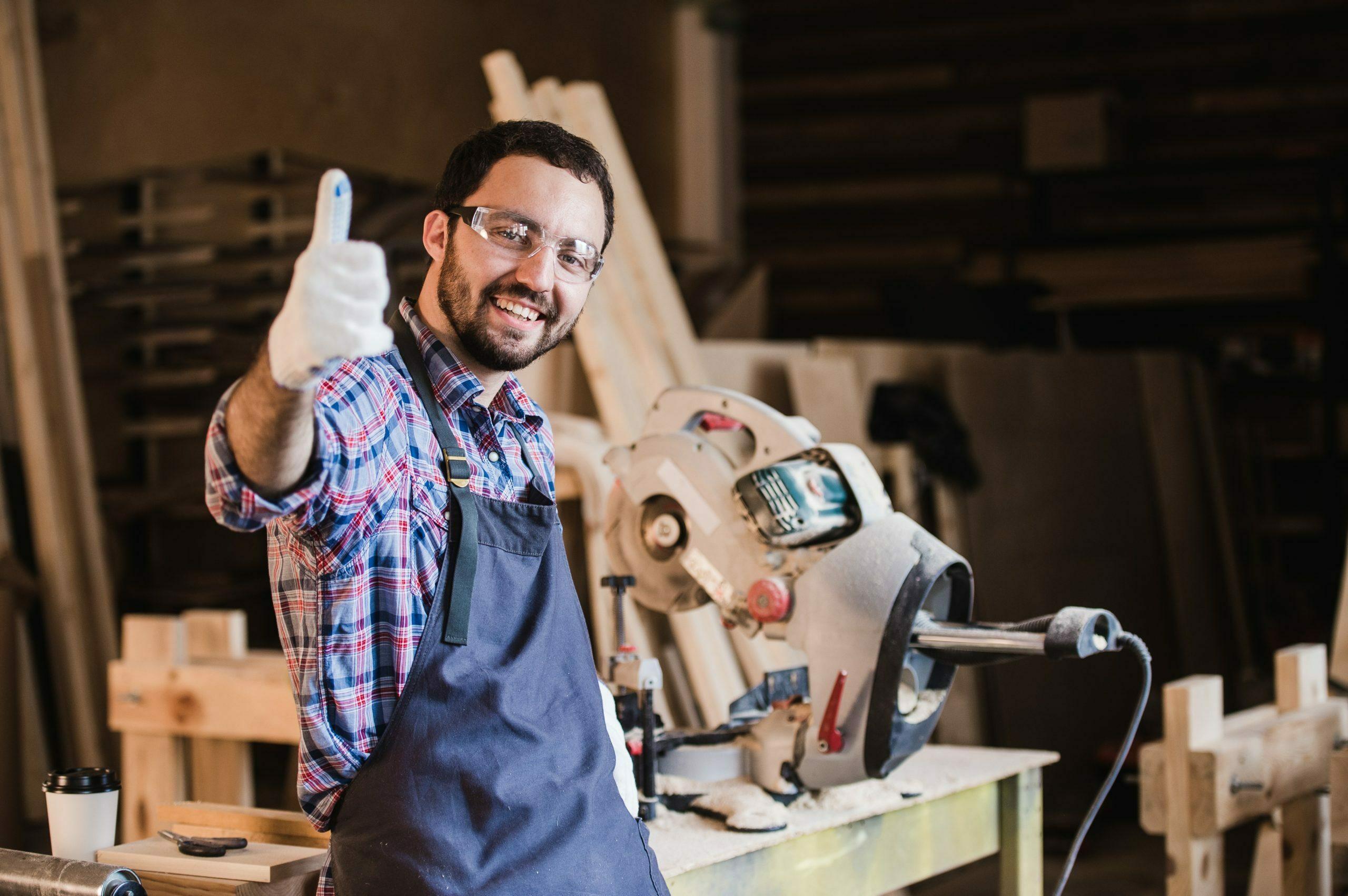 portrait d'un ouvrier de la construction souriant
