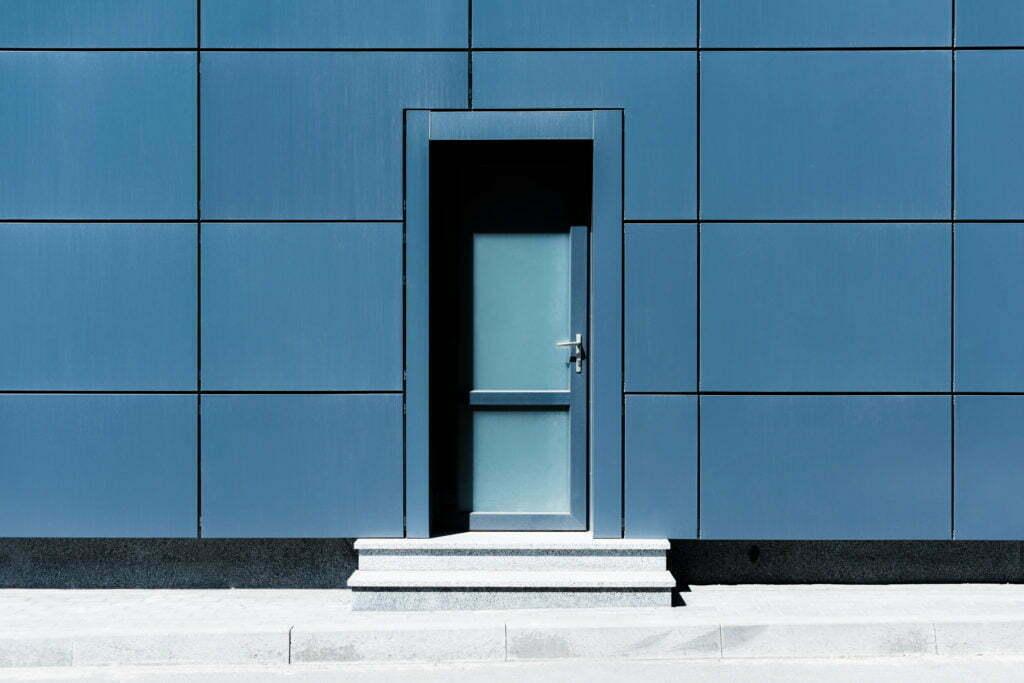 Une porte d'un batiment moderne